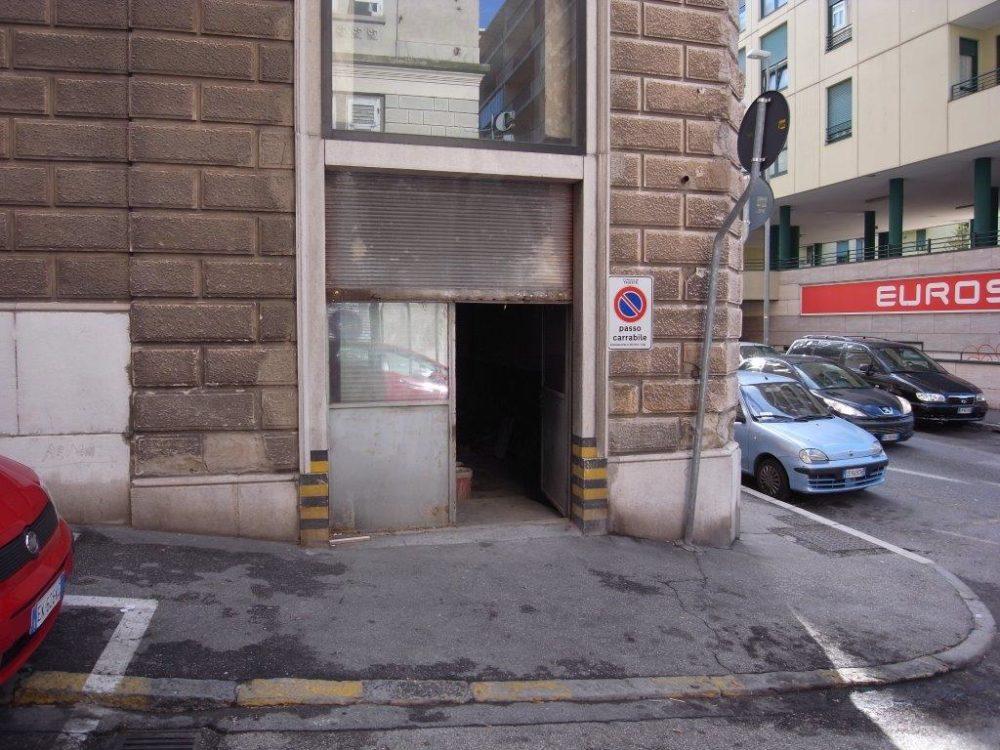 Magazzino al Piano Stradale in Via dei Leo