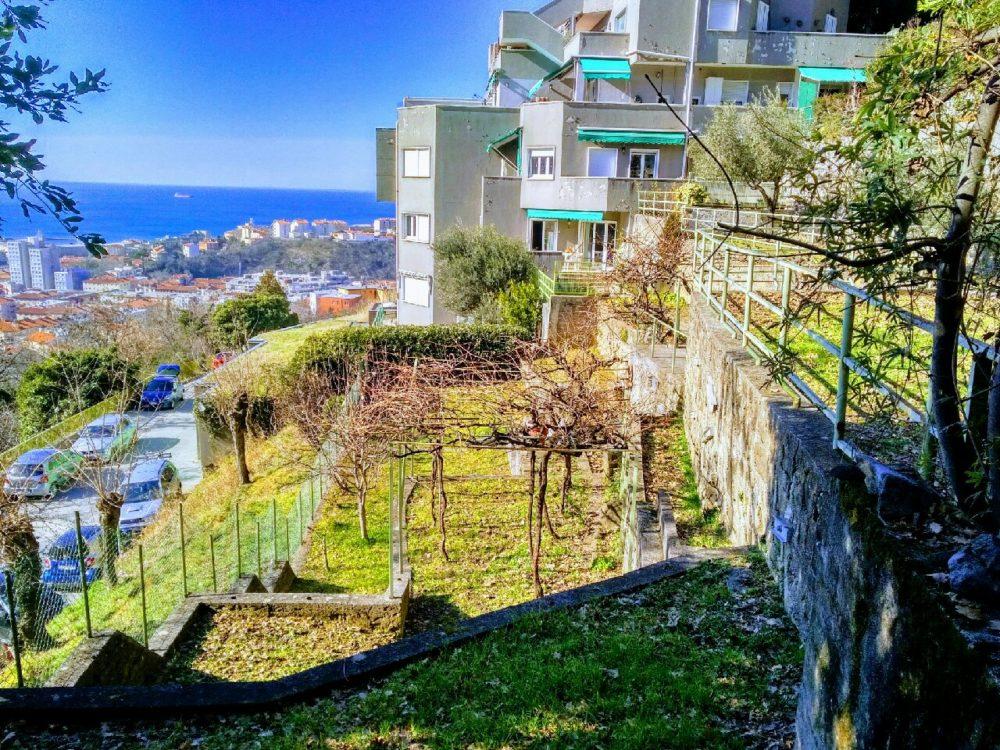 Appartamento con giardino privato e vista mare
